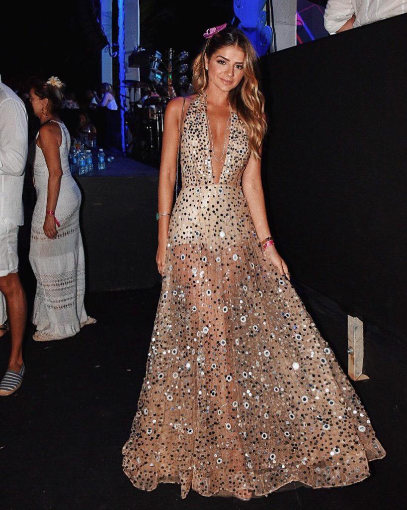 d70e08997c44 A atriz Gio Ewbank que também passou na ilha, ousou com um mini vestido  ultra sexy, da Swarovski! Muito brilho e glamour!