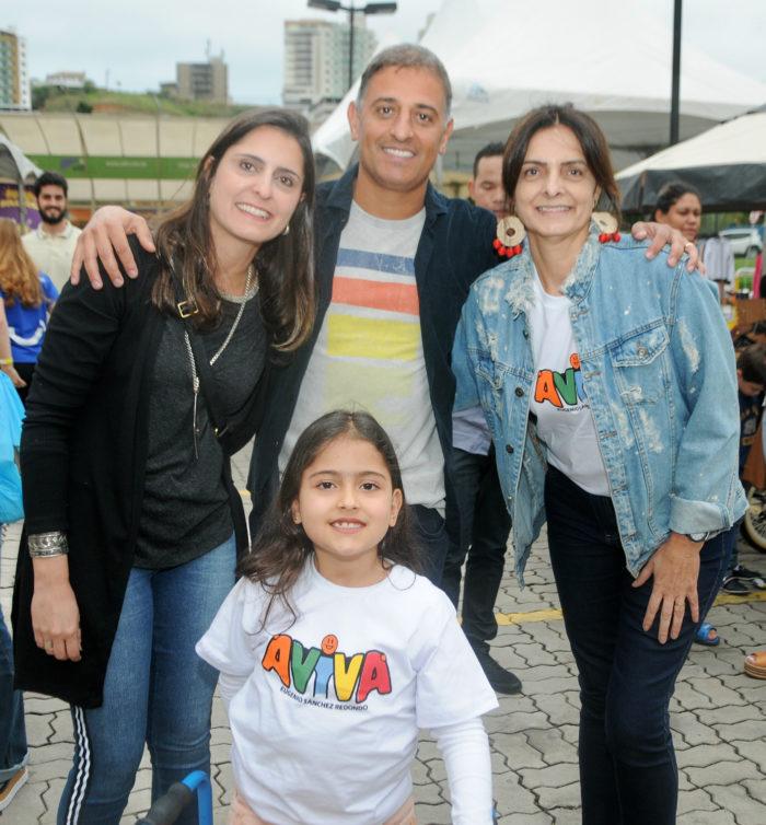Ana Paula e Fabrício Silveira com a filha Luiza e Sueli Rebouças no bazar Vestindo o Bem, em prol do Instituto Aviva. Foto: Andréa Ottoni