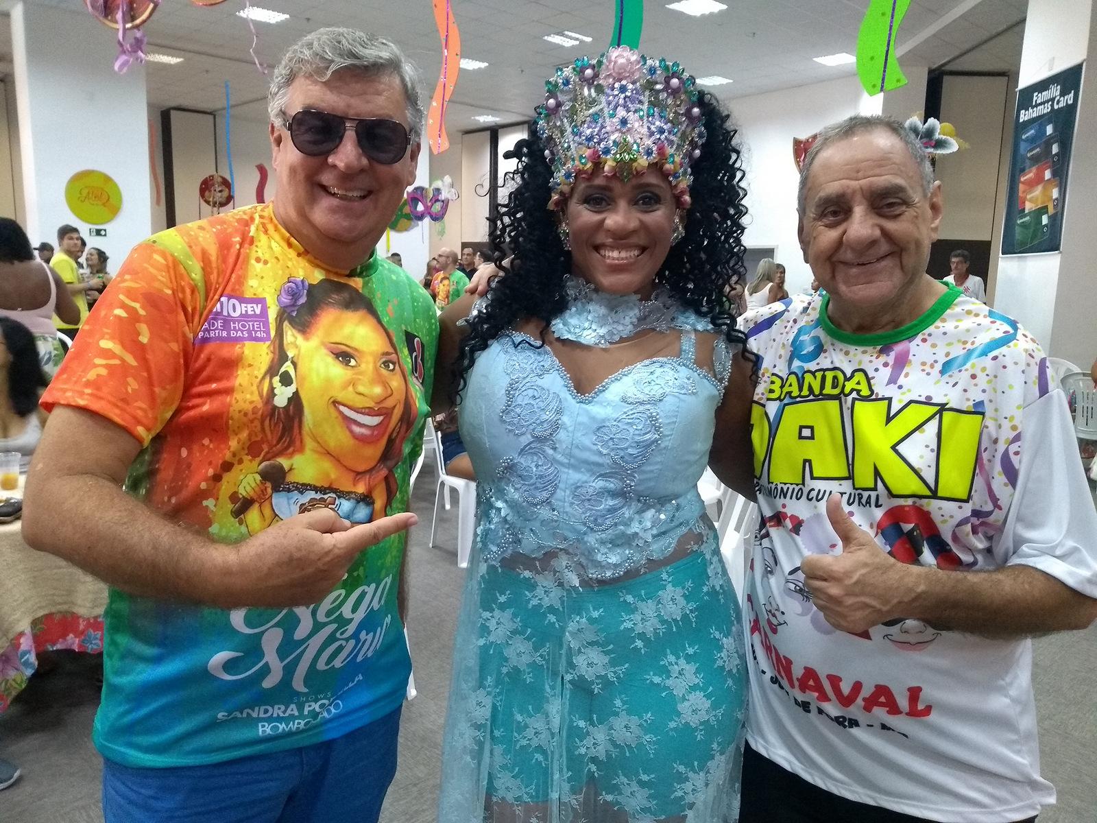 Sandra Portella ladeada por Nelson Júnior e José Carlos Passos, na festa do Bloco Nega Maria, no Trade Hotel