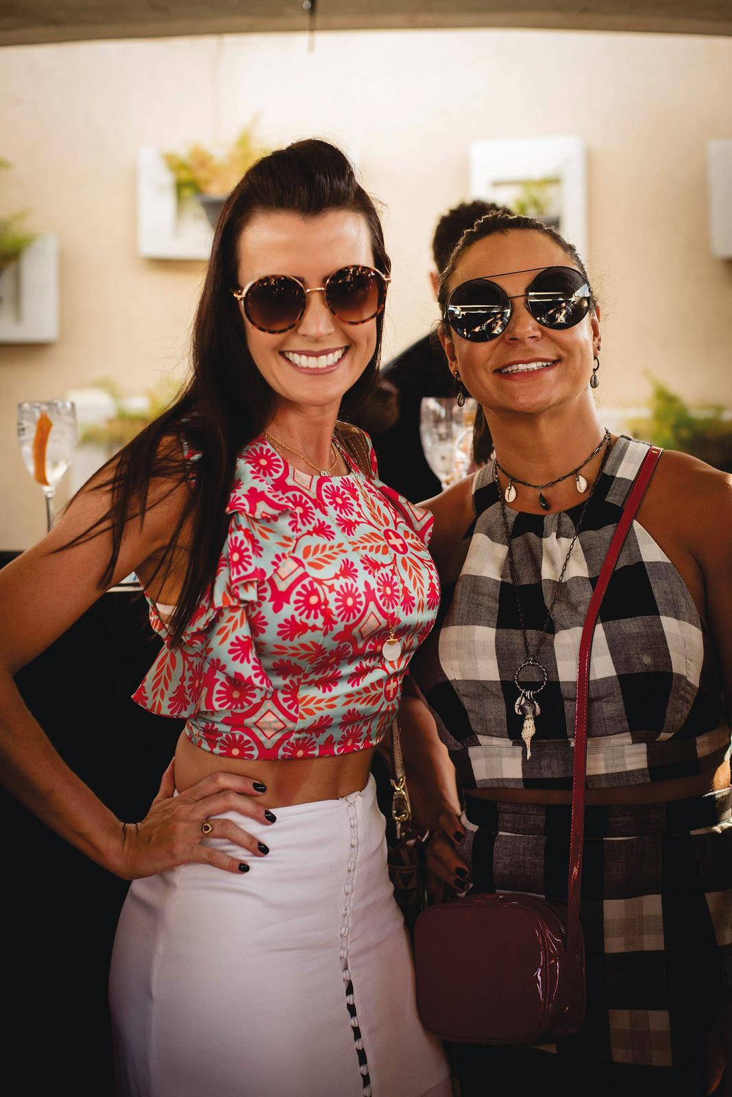 """Camila Vasconcellos e Andréa Rocha clicadas na """"Sky Sunset"""", no terraço do Victory Hotel Foto: Sula Miana"""