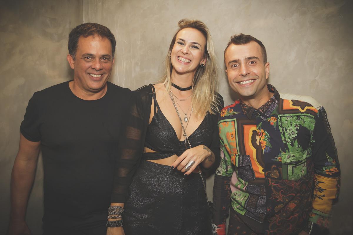 Fernanda Tostes ladeada por Octávio Fagundes e Rafael Barino