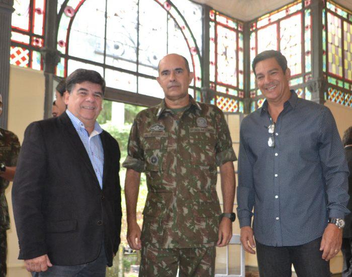 O general Alcio Costa ladeado por CR e o coronel Malbatan Leal no café com a imprensa, ontem, no QG da 4ª Brigada