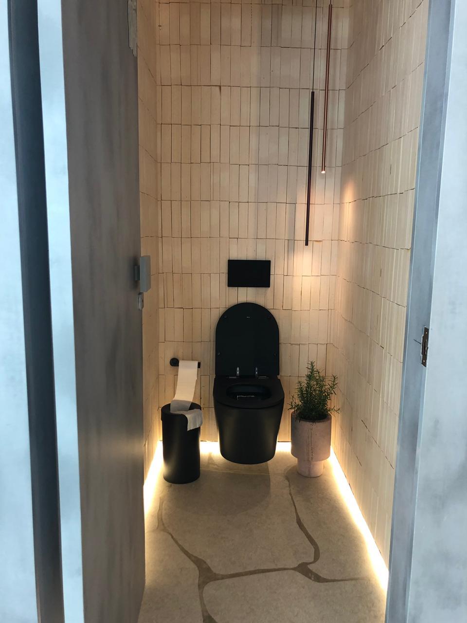 banheiro-com-porcelato-cortado-em-forma-de-pedra