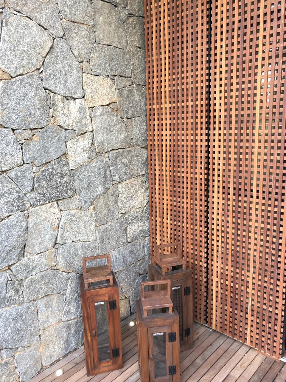 parede-de-pedra-e-madeira-ripada