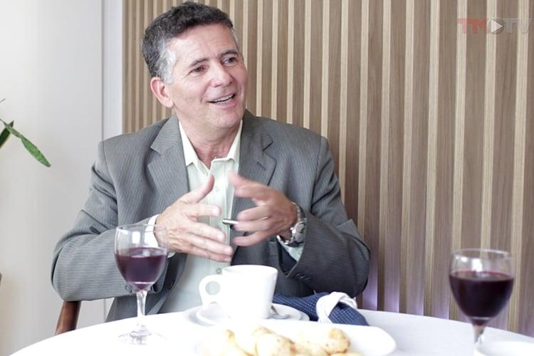 Imagem: Sérgio Rodrigues recebe Alessandra Sampaio, presidente da Ascomcer
