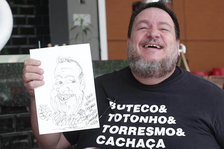 Imagem: Airton Soares recebe o cartunista André Ribeiro