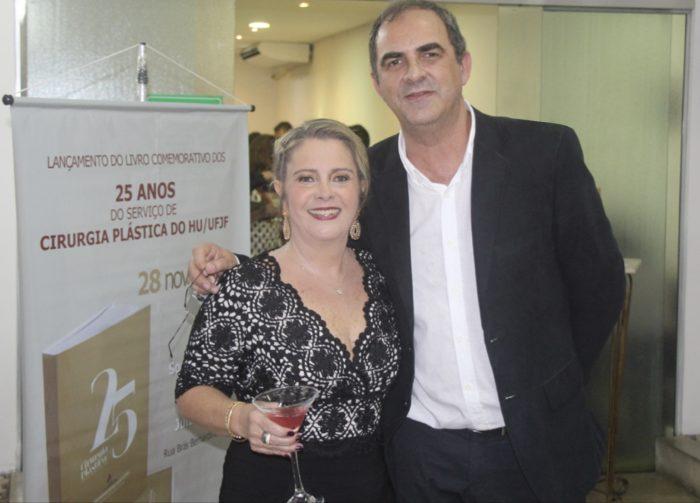 Catarina e Marilho Dornelas no lançamento do livro em comemoração aos 25 anos do Serviço de Cirurgia Plástica do HU, na Sociedade de Medicina e Cirurgia