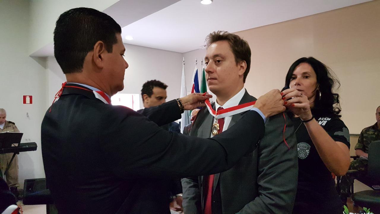 """O delegado regional Armando Avolio Neto foi homenageado pelo Chefe da Polícia Civil de Minas, Wagner Pinto de Souza com a """"Medalha Distinção Policial"""", concedida pelo 4º DPC"""