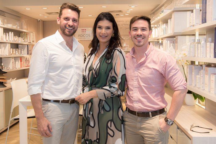 Leandro Stecca, Gabriela Dutra Machado (aniversariante desta quarta) e David Sender, no Independência Shopping Foto: Aline Bastos