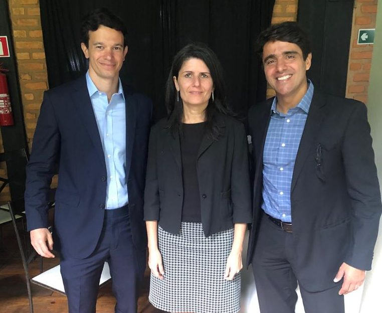 A economista da XP Investimentos Zeina Latif, ladeada por Daniel Moulin e Valério Ribeiro, ontem, no almoço empresarial da Associação Comercial