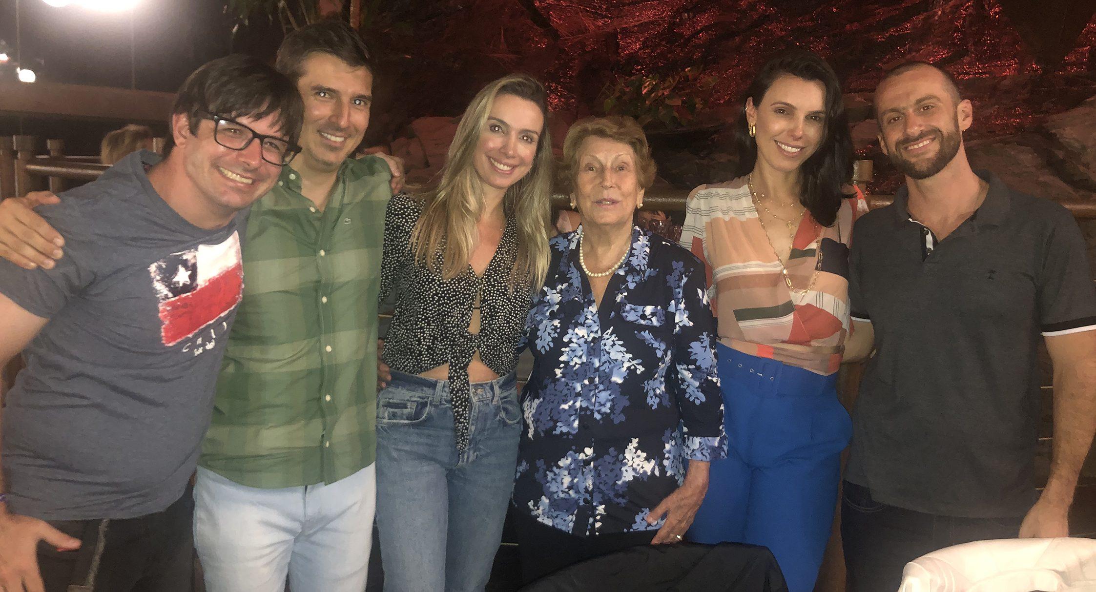 Dona Terezinha de Landa com os netos Léo, Homero, Bárbara, Débora e Diego, na comemoração de seus 92 anos, no Assunta