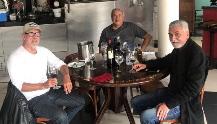 Luiz Bertges, José Lúcio Fernandes e Jorge Sanglard quebraram os dois meses de isolamento domiciliar para um almoço, regado a bons vinhos, sexta-feira, na Churrasqueira São Mateus