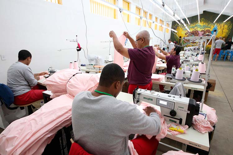 Imagem: Empresa produz máscaras para doar em parceria com acautelados