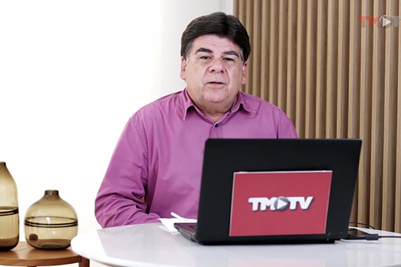 Imagem: Cesar Romero conversa com o diretor do Grupo Larch