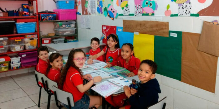 Ensino bilíngue chega a escolas de bairros