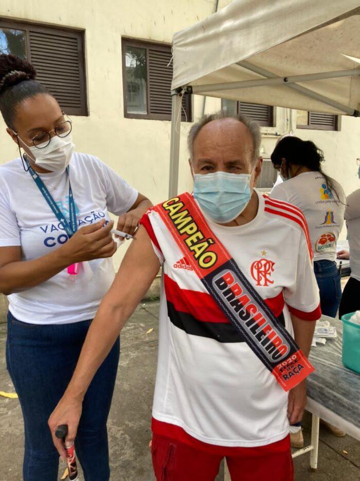 Luiz Carlos (Kpeta) Novaes Rosa, um dos fundadores da Banda Daki, tomou a segunda dose da vacina contra a Covid-19, no Rio, vestindo a camisa do Flamengo com a faixa de campeão de 2020