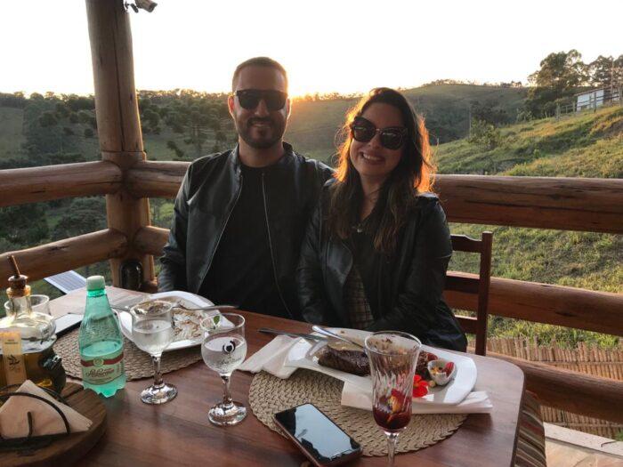Cesar Oliveira e a noiva Cláudia Oliveira clicados na ensolarada tarde do Dia dos Namorados, no Oliva Bistrô, em Ibitipoca