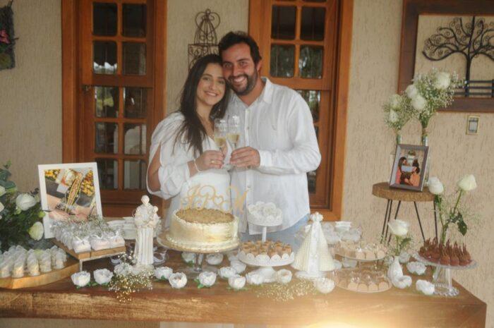Marianna Zacharias Coelho e João Pedro Botelho ficaram noivos em cerimônia na Represa Foto: Andréa Ottoni