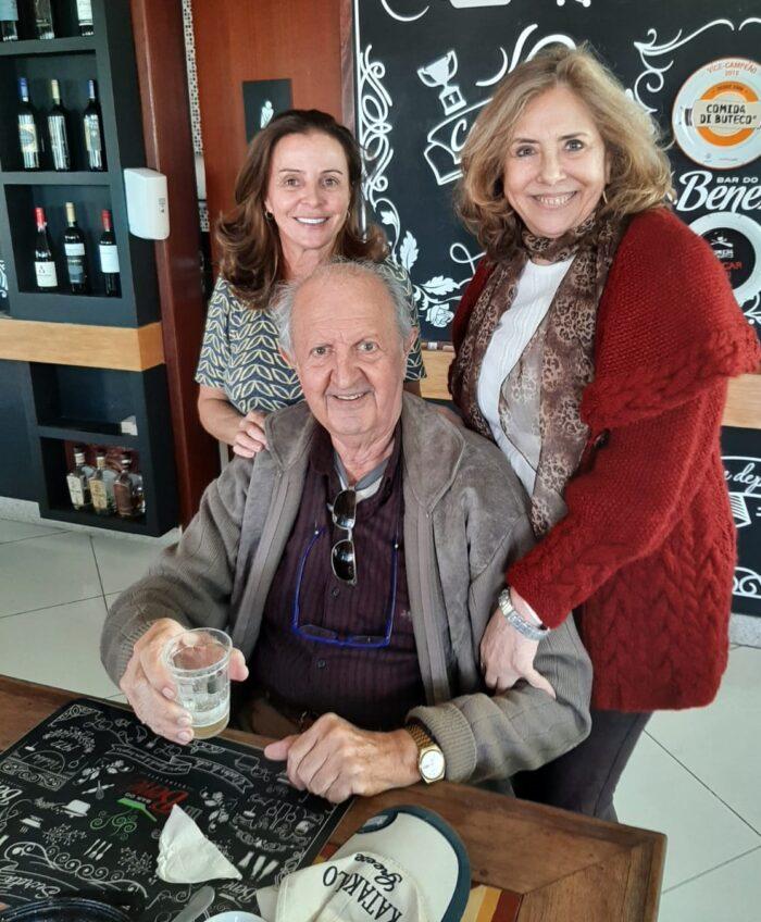 Meirinha Tostes recebendo Sandra Araújo e Ronaldo Granato Matta, que foram conferir o Comida di Buteco no Bar do Bené