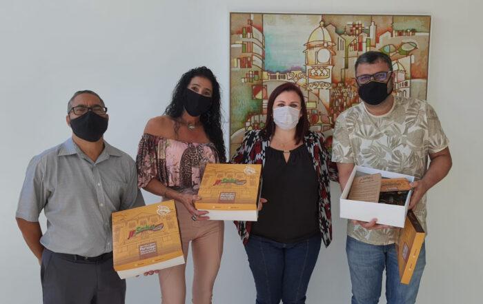 Ademilton Trindade, Suzana Neves, a presidente da Abrasel, Francele Galil e Ricardo Ribeiro com o 'kit' do JF Sabor