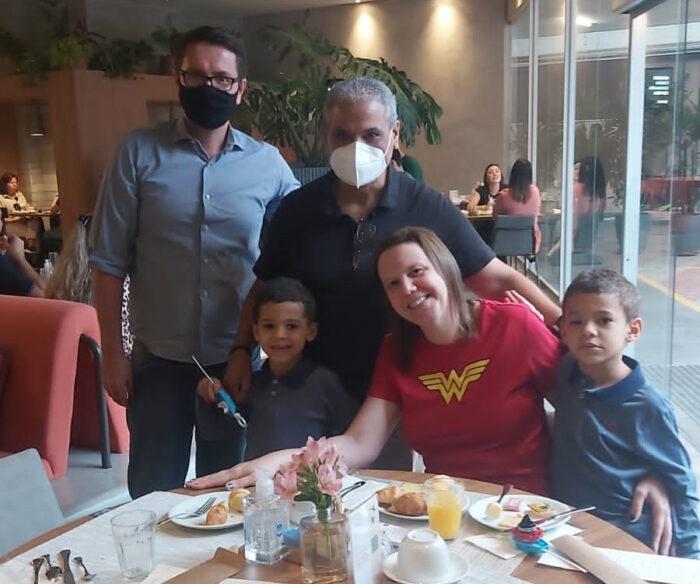 O gerente geral do Novotel BH Savassi, Rodrigo Mangerotti, recebendo Gio Ahmad e Janice Paulino (com os gêmeos João Victor e Théo) no recém-inaugurado hotel em Belo Horizonte